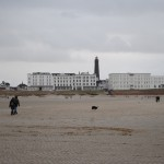 Blick vom Strand zur Skyline / Bild: JBM|News